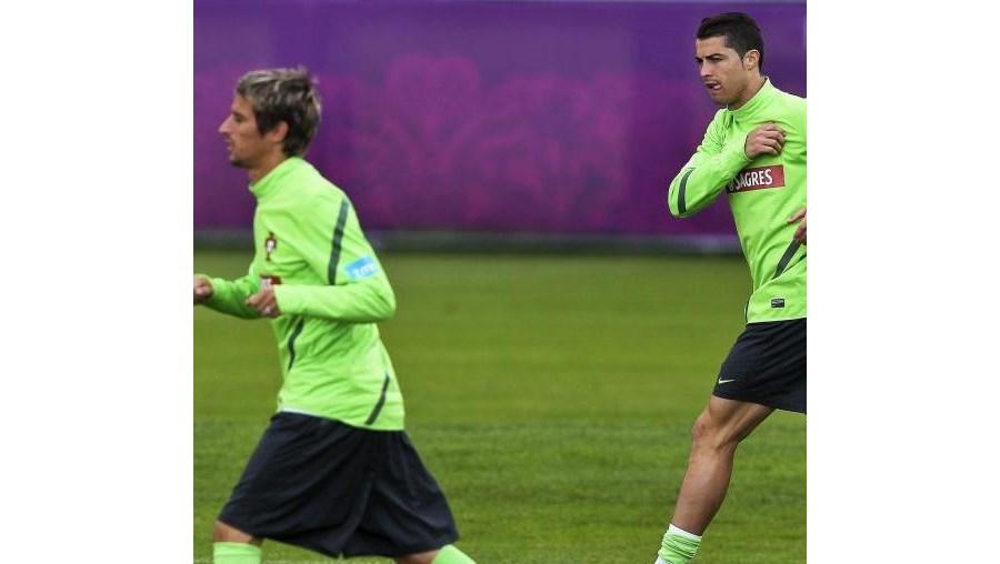 Fábio Coentrão e Ronaldo foram os primeiros a pisar o relvado do Estádio Arena Donbass