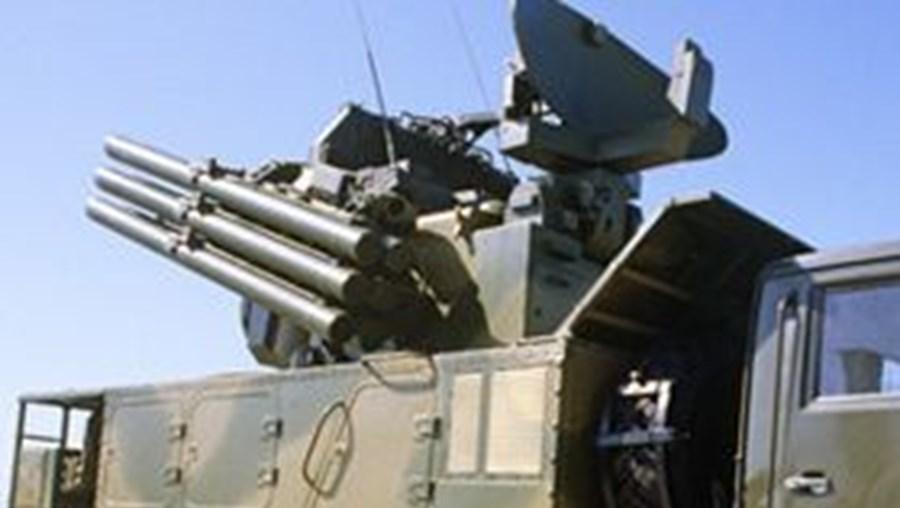 A televisão pública da Turquia (TRT) noticiou que o país está a colocar armamento antiaéreo ao longo da fronteira com a Síria