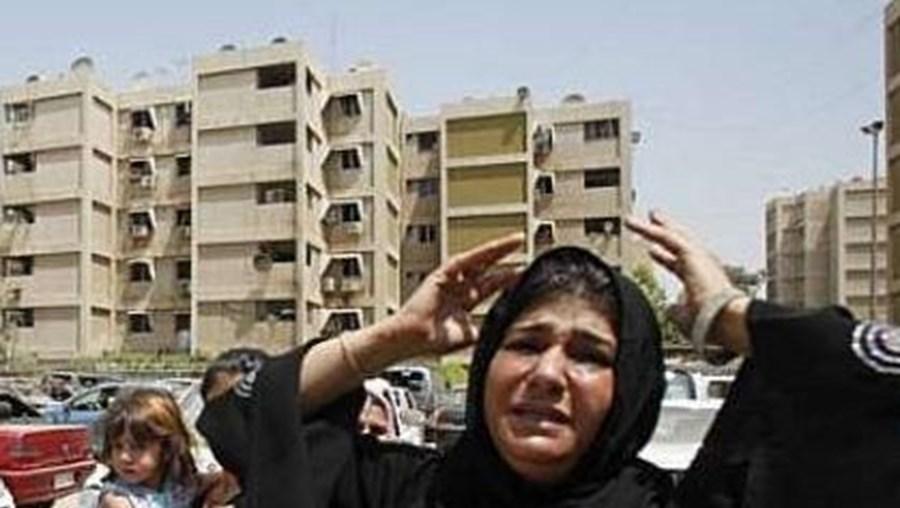 Pelo menos 12 pessoas morreram  e dezenas ficaram feridas numa série de atentados em Bagdad