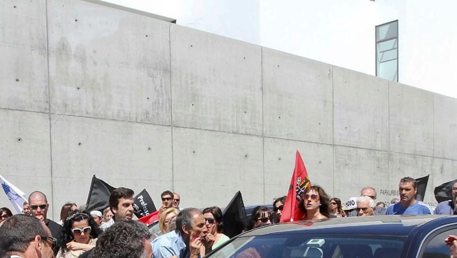 Um dos manifestantes teve de ser retirado à força de cima do carro por elementos da polícia