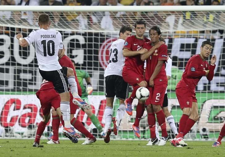 Podolski ensaiou o seu forte remate, sem consequências de maior. Portugal parecia estar a controlar a poderosa Alemanha