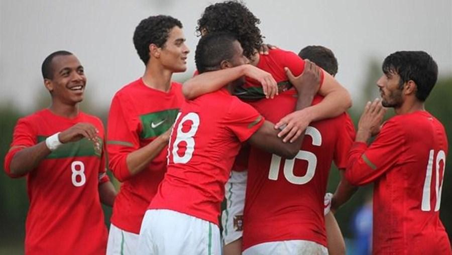 Jovens futebolistas portugueses festejam mais um golo