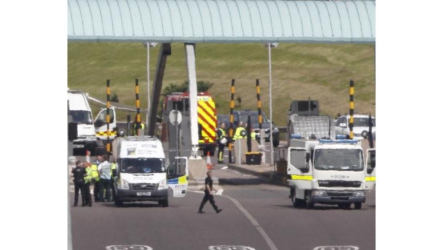 Autocarro está a ser cercado pelas autoridades na auto-estrada M6