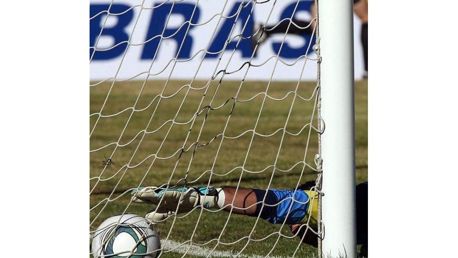 A introdução de tecnologia de linha de golo é uma das novidades aprovadas pela FIFA