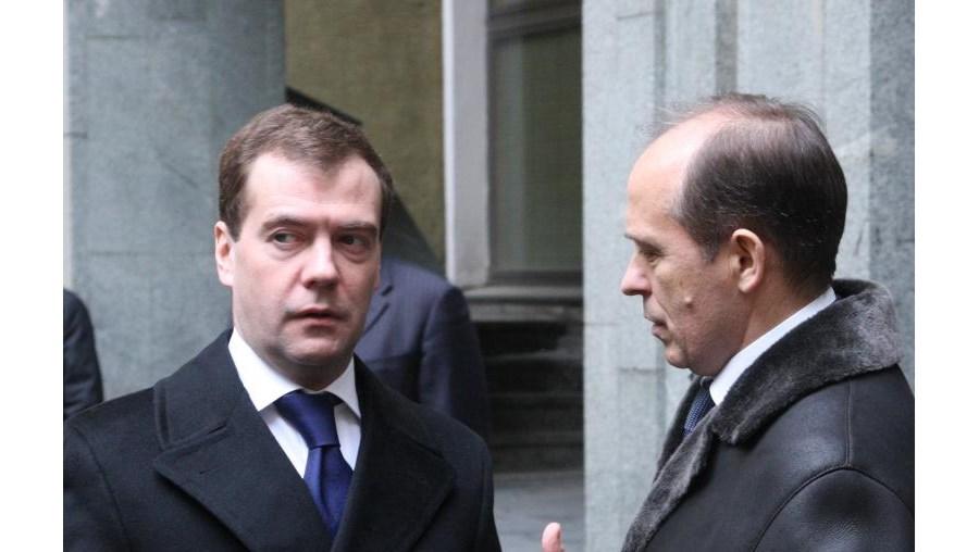 O presidente russo Dmitry Medvedev à conversa com o director do Serviço Federal de Segurança, Alexander Bortnikov