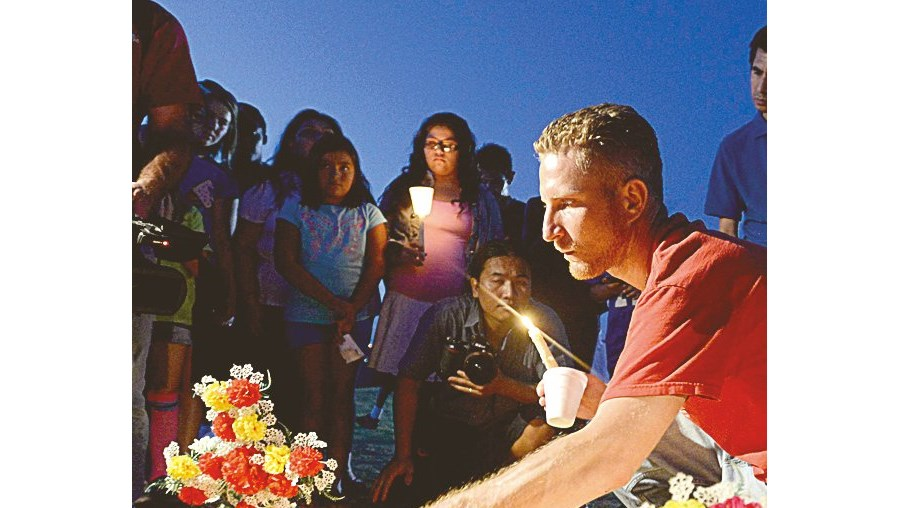 Vigília em memória das vítimas junto ao local do massacre, em Aurora, no Colorado