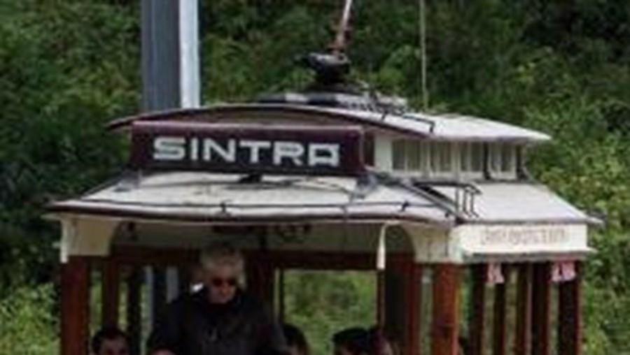 Eléctrico faz um percurso de doze quilómetros entre Sintra e a Praia das Maçãs