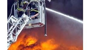 Bombeiros combatem incêndio em depósito de pneus
