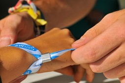 À chegada, os festivaleiros passam por uma pequena fila para trocar o bilhete pela pulseira que dá acesso ao recinto