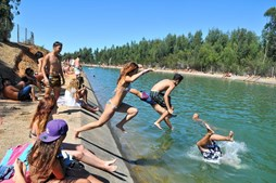 Diversão e mergulhos contagiaram muitos durante a tarde