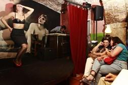 A arte do burlesco pode ser apreciada em locais como o Bar Velha Senhora, no Cais do Sodré