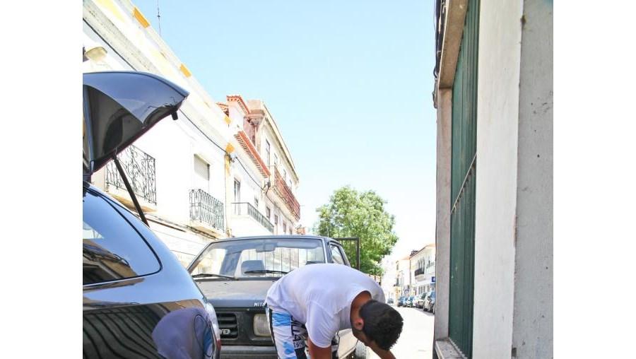 Desconhecidos furaram esta madrugada os pneus a pelo menos 25 viaturas que se encontravam estacionadas no centro histórico de Alcácer do Sal