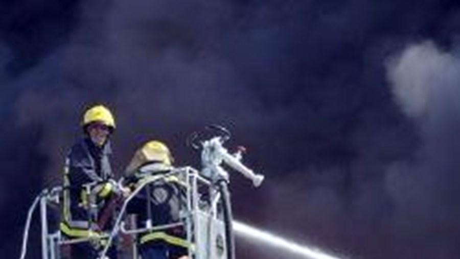 Bombeiros tentam evitar a propagação das chamas a armazéns e fábricas das proximidades