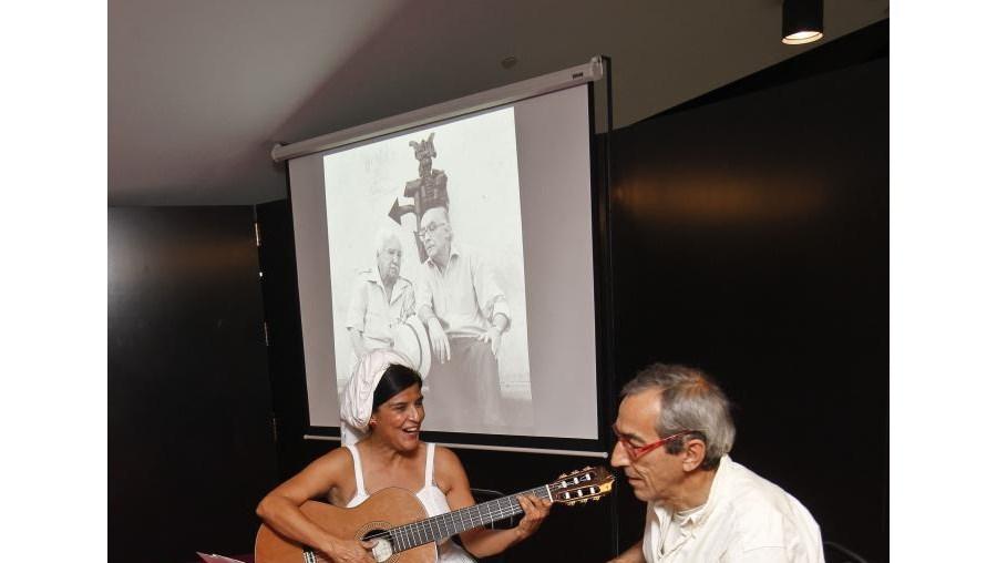 Cartas, canções e excertos da literatura de Jorge Amado iam sendo cantados e contados por Vera Barbosa, ao som do violão de João Maló