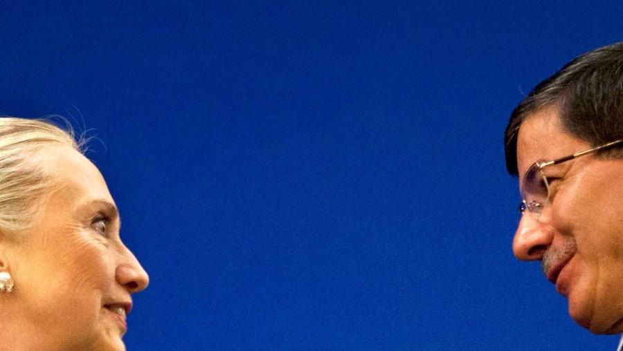 Hillary debateu cooperação com o MNE turco, Ahmet Davutoglu