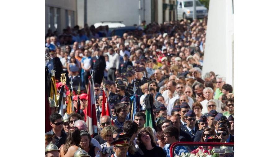 A 'família' de bombeiros, de vários pontos do País, juntou-se aos familiares de Vítor 'Mondinho' no último adeus, numa cerimónia marcada pela emoção
