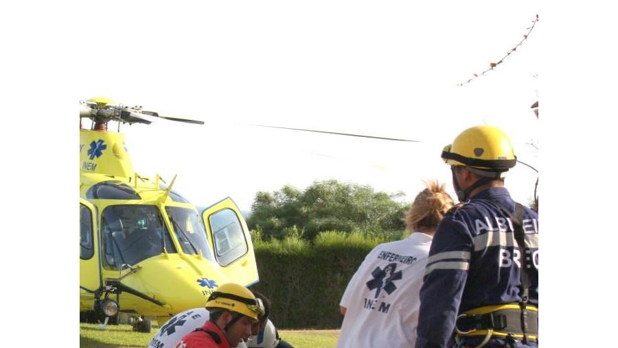 INEM e bombeiros socorreram a vítima resgatada de helicóptero