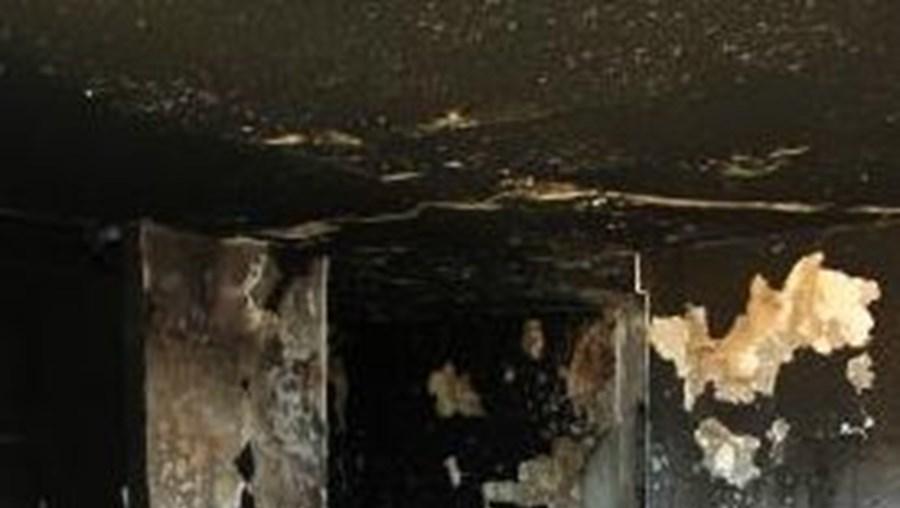 Fogo ocorreu cerca das 13h00 numa habitação de construção antiga que ficou destruída