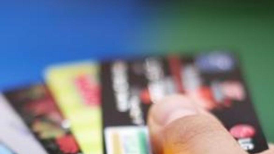 Depois de o cliente fornecer números e códigos dos seus cartões de crédito via depois, os dados eram transmitidos ao outro suspeito que, através da internet, realizava compras em diversos sites de comércio electrónico