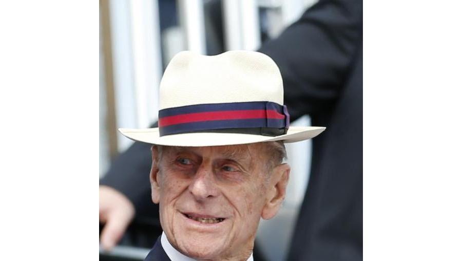 Buckingham indicou que Filipe teve alta do hospital de Aberdeen e que regressava ao Castelo de Balmoral, onde a família real está de férias