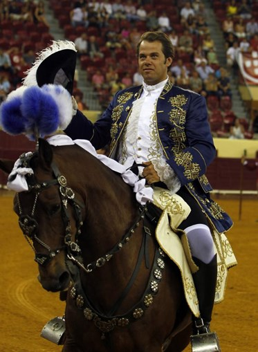 O cavaleiro ecta, preparando as sortes com mestria, cravando os ferros