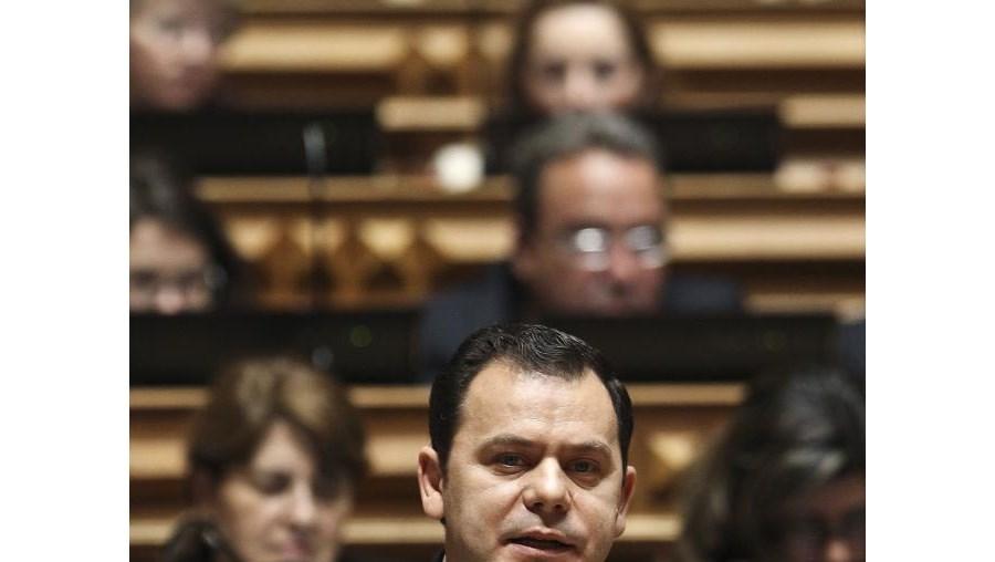 """Luís Montenegro disse que o ex-ministro da Segurança Social e do Trabalho """"não tem razão"""" e justificou que a """"opção do Governo garante a sustentabilidade"""" do sistema"""