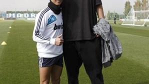 Ronaldo 'pequeno' ao lado de basquetebolista