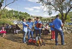 TOCADORES. Com 42 habitantes, a aldeia da Barrenta ganha nova vida com a organização deste encontro de tocadores. Entre público e tocadores, a aldeia enche