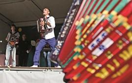 INOVAÇÃO. Os novos ritmos de Carlos Pinto, de 32 anos, são já conhecidos como o 'Jazz da Concertina'. A festa na aldeia da Barrenta foi rija e juntou tocadores em palco ou entre o público para tocar à desgarrada