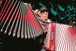 INSTRUMENTO. A concertina é o nome pelo qual é conhecido o acordeão diatónico, um instrumento de palhetas livres, com fole, semelhante a um acordeão