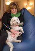 Com o seu cão, na sua casa de Lisboa