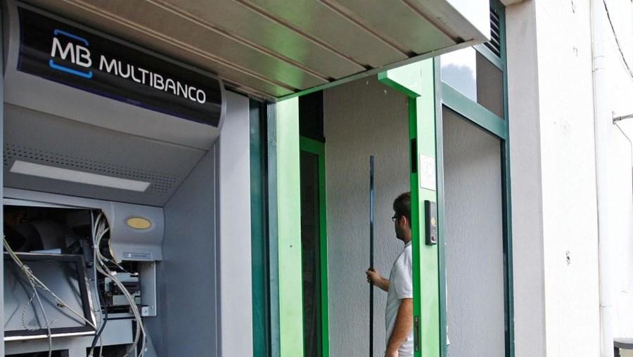 Gang destruiu caixa ATM e porta da Caixa de Crédito de Maxial, Torres Vedras, mas não roubou nada