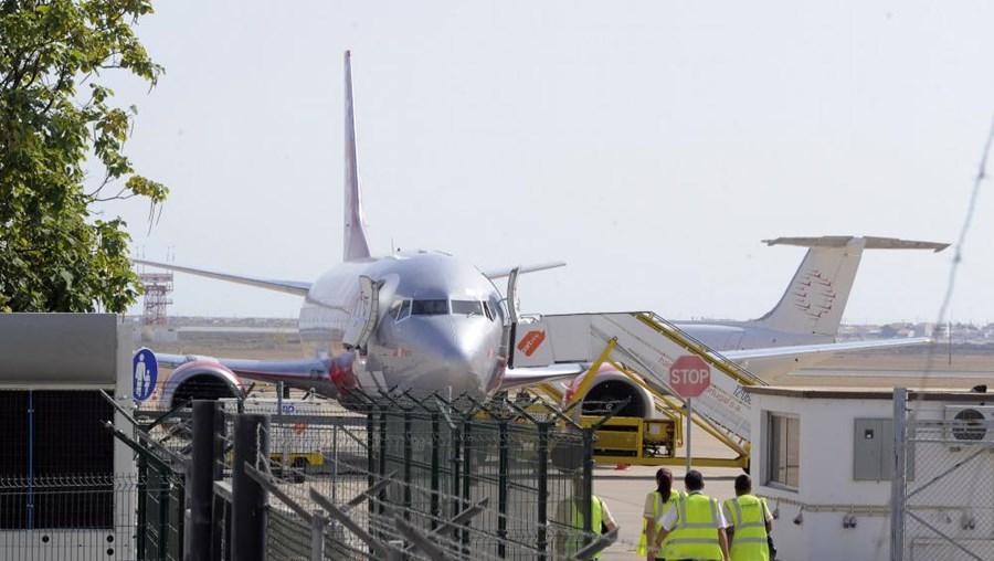Avião, 245 pessoas, aterragem de emergência em Faro, avaria técnica