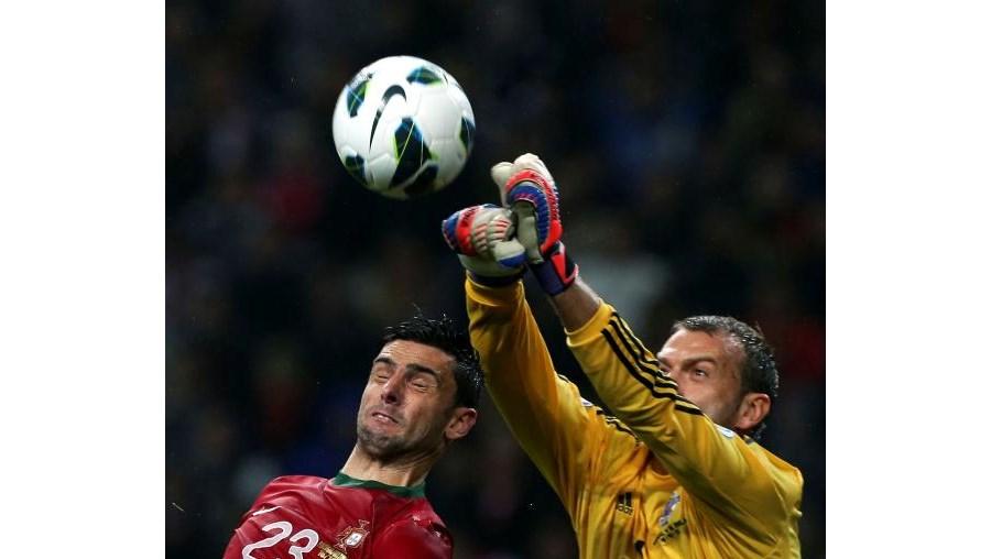 Hélder Postiga, autor do golo de Portugal, em despique com Carroll, guarda--redes da Irlanda do Norte, ontem à noite no Dragão.