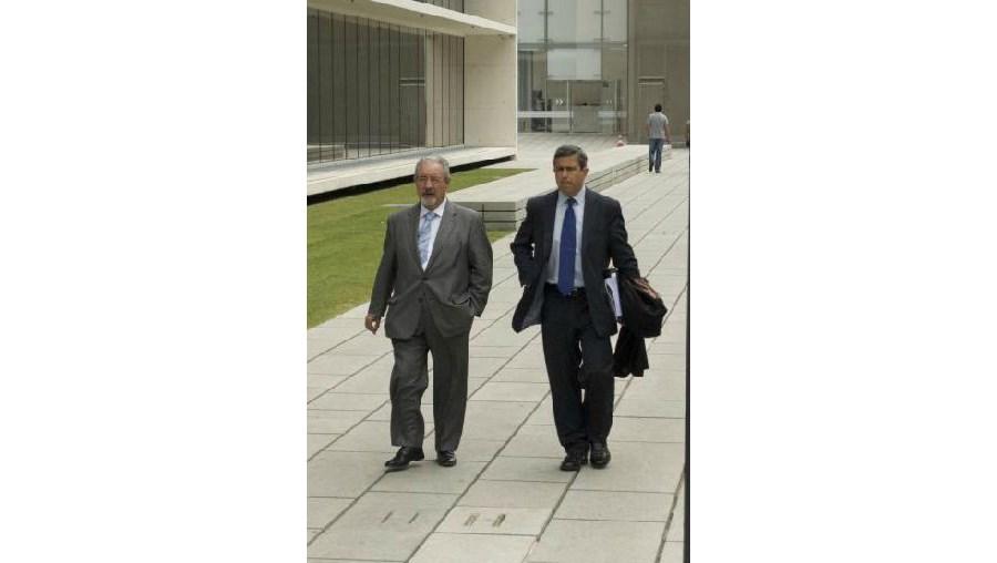 Isaltino Morais (esq.)  acompanhado do advogado