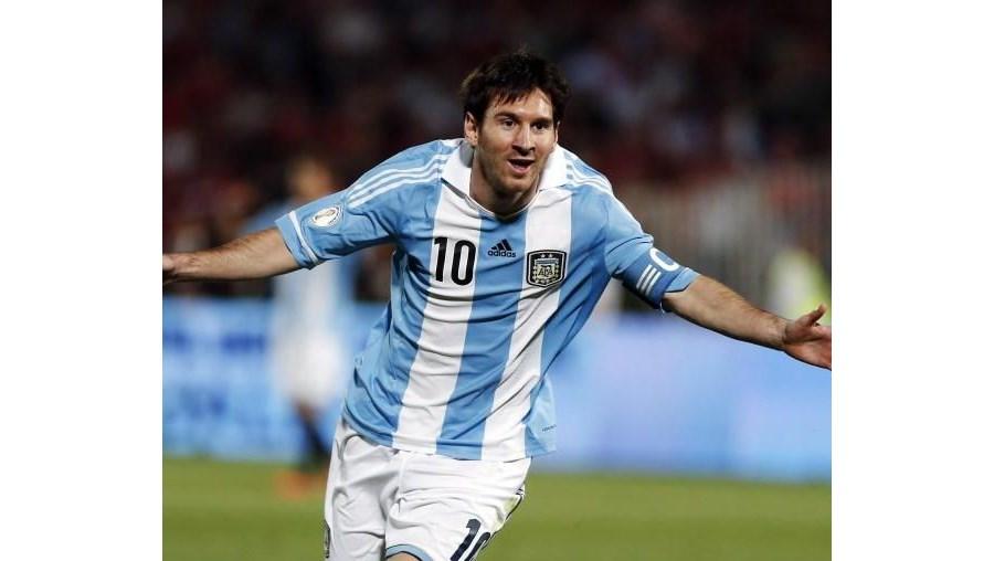 Messi marcou um golo e ainda tirou fotografias com o árbitro auxiliar
