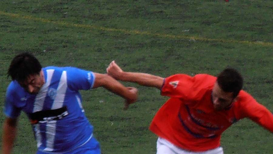 Eduardo, do Barrosas (à esq.), tenta fugir a Diogo Teixeira