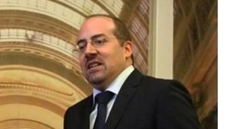 Ministro Álvaro Santos Pereira deveria ter marcado hoje presença em conferência que fica marcada por protestos de estivadores