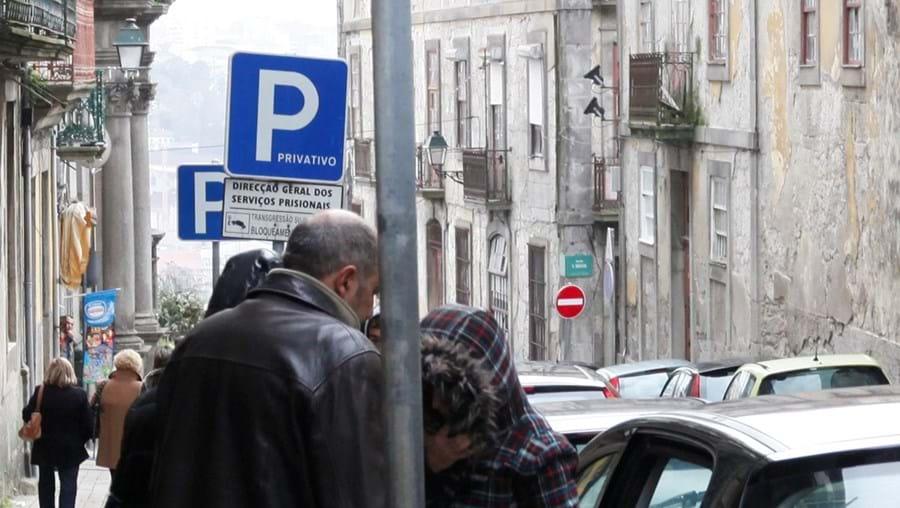 Um dos assaltantes (de cara tapada) à entrada no tribunal, após ter sido apanhado pela Judiciária