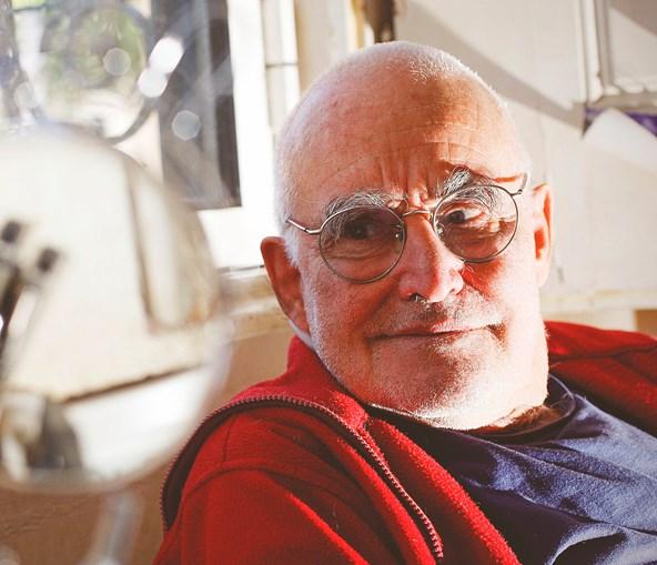 João Cutileiro nasceu em Lisboa, mas desde há muito que vive e trabalha em Évora