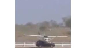 Avioneta embate em carro durante aterragem (COM VÍDEO)