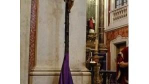 Cristo gigante esmaga perna a devoto