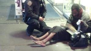 Fotografia de polícia a ajudar sem-abrigo faz êxito no Facebook