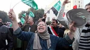 Dezenas de milhares protestam contra presidente egípcio