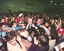 A 31 de Outubro de 1997, Vale e Azevedo é eleito presidente do Benfica e festeja entre a multidão de sócios e jornalistas
