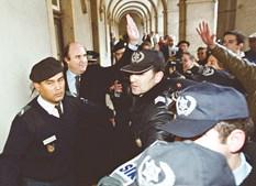 Na 1.ª sessão do julgamento (10.01.02), o ex-presidente saúda a população ao entrar para a sala de audiências