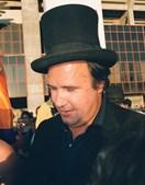 João Vale e Azevedo, de cartola, dá autógrafos aos adeptos nas imediações do estádio da Luz no Dia do Benfiquista (2000)