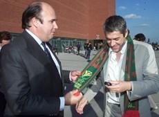 O presidente do Benfica, em 2000, com o ministro do Ambiente da altura, José Sócrates