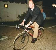 João Vale e Azevedo a andar de bicicleta durante a apresentação da equipa de ciclismo do Benfica (2000)