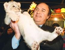 João Vale e Azevedo ergue uma cria de leão durante a Festa de Natal do Benfica no circo (1999)